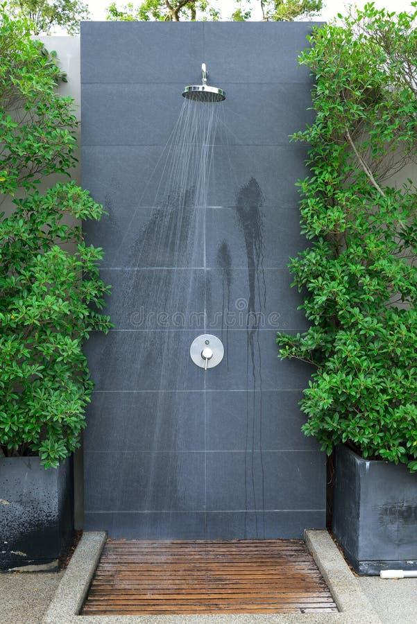 Головной поток воды ливня стоковое изображение rf