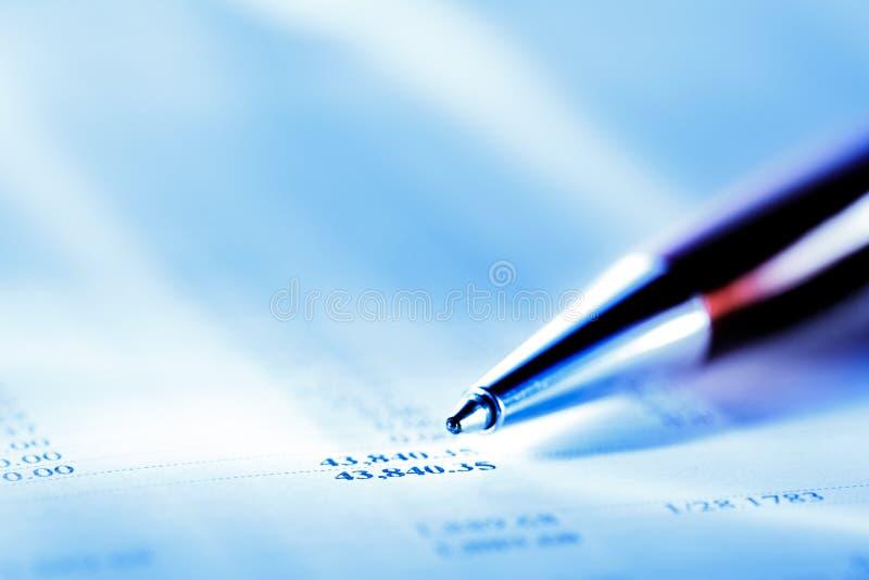 Годовой бюджет и красная ручка стоковые изображения