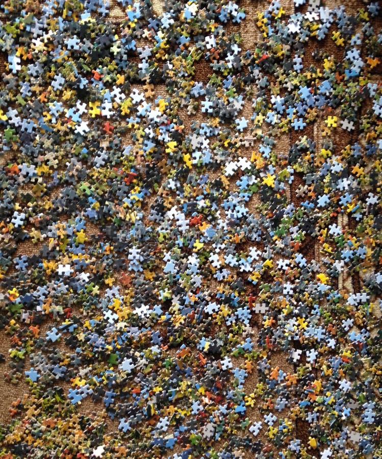 Головоломка разбросанная на коричневый пол стоковая фотография rf