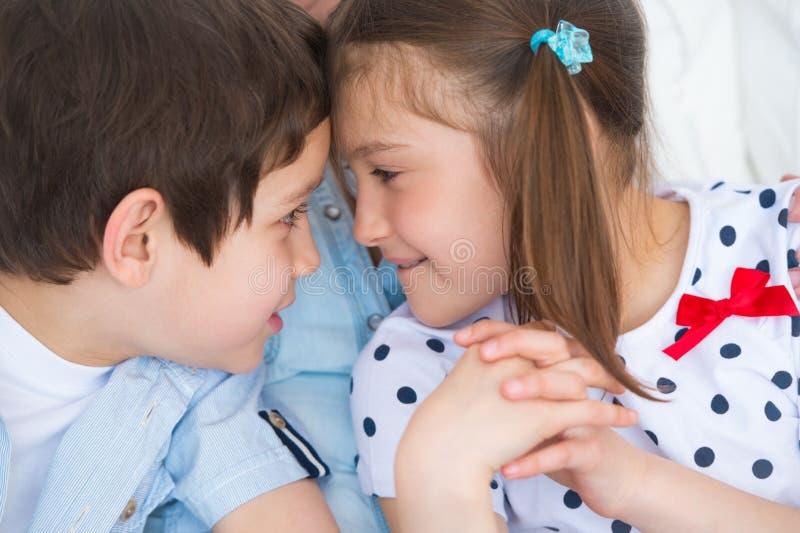 Головы мальчика и девушки bumping друг против друга стоковые изображения