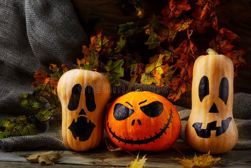 Головы тыквы хеллоуина на темной деревенской предпосылке стоковая фотография rf