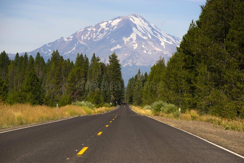 Головы шоссе Калифорнии к ландшафту Mt Shasta горы стоковое фото rf