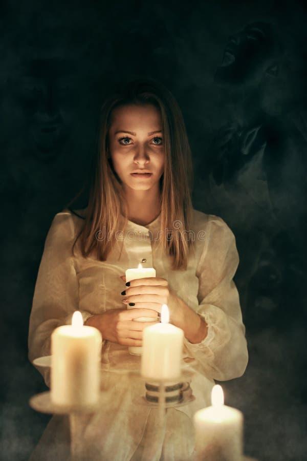 Голоса умерших в темноте стоковая фотография rf