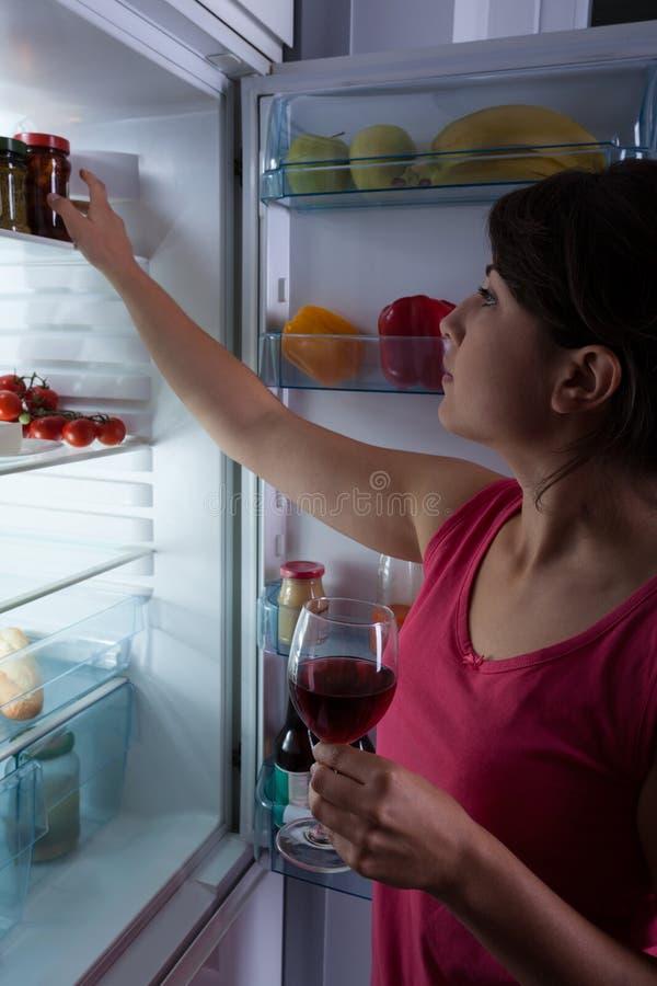 Голодная женщина держа бокал вина стоковые фото