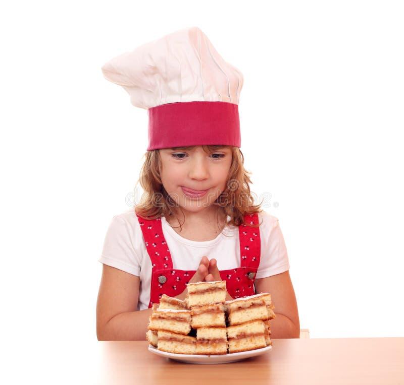 Голодный кашевар маленькой девочки стоковое изображение