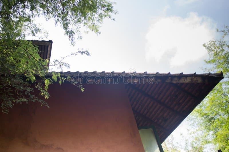 Год сбора винограда введенный в моду деревянного дома верхней части крыши стоковые изображения