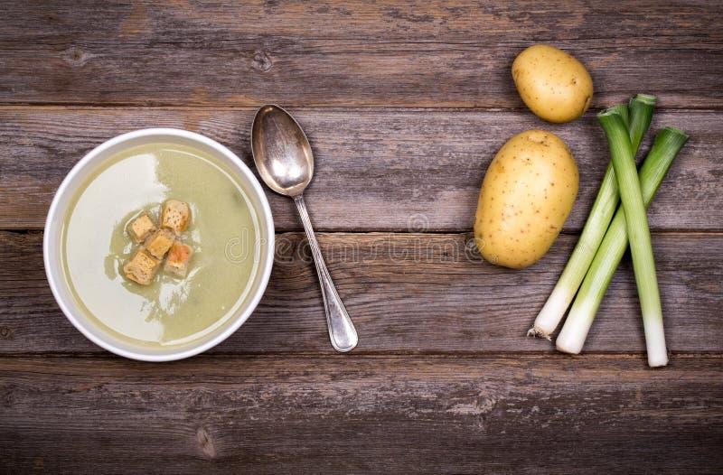 Год сбора винограда супа лук-порея и картошки стоковое фото rf