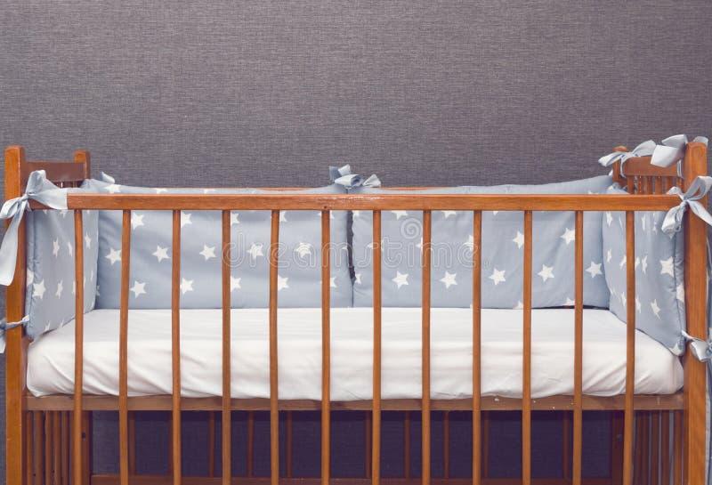 Год сбора винограда украсил кроватку младенца стоковое изображение rf