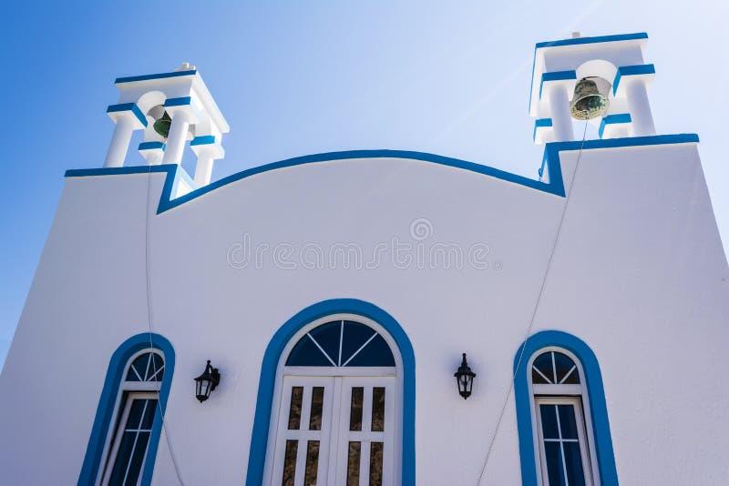 Голубая белая православная церков церковь на Firopotamos, Milos острове, Греции стоковое изображение rf