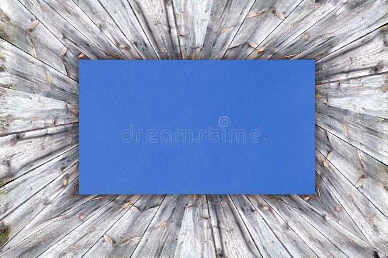 Голубая бумага на древесине стоковая фотография