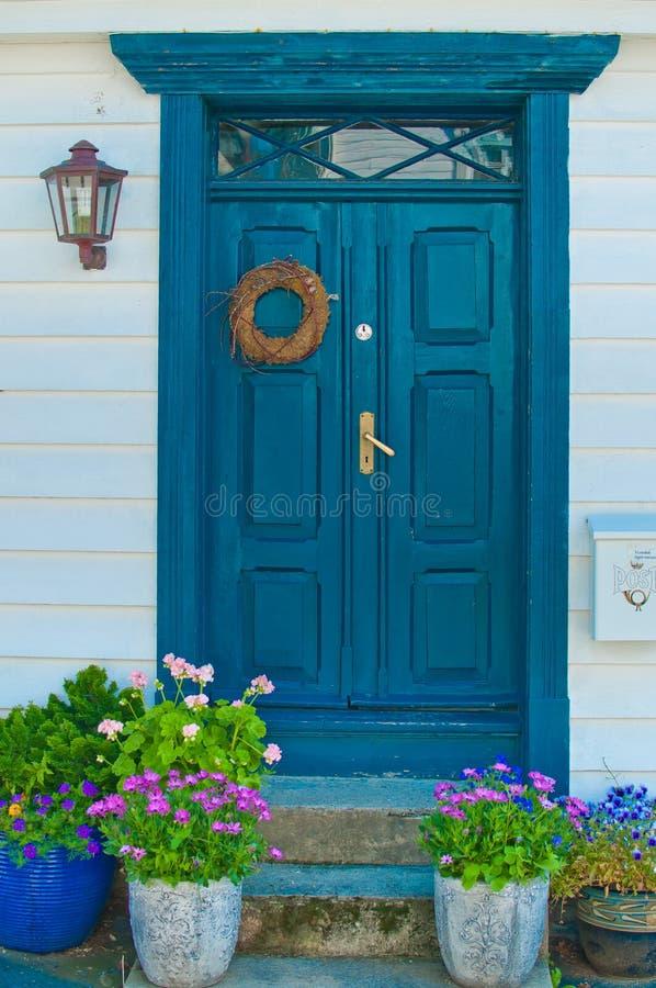 Голубая дверь в Норвегии стоковое изображение rf