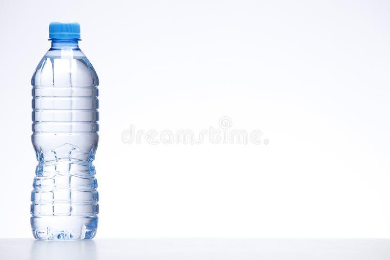 голубая вода бутылки стоковые изображения