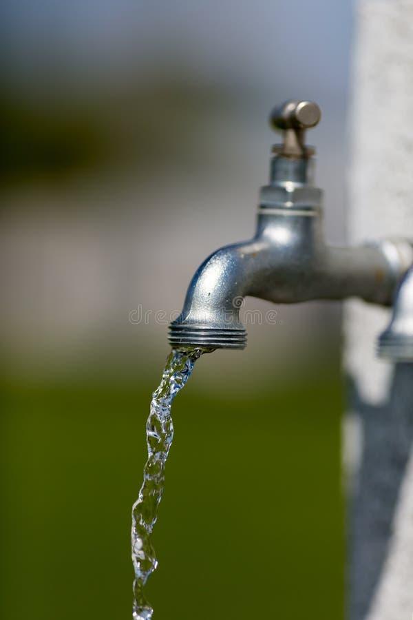 Download голубая вода подкраской крана Dof низкая Стоковое Изображение - изображение насчитывающей outdoors, запачканный: 40582845