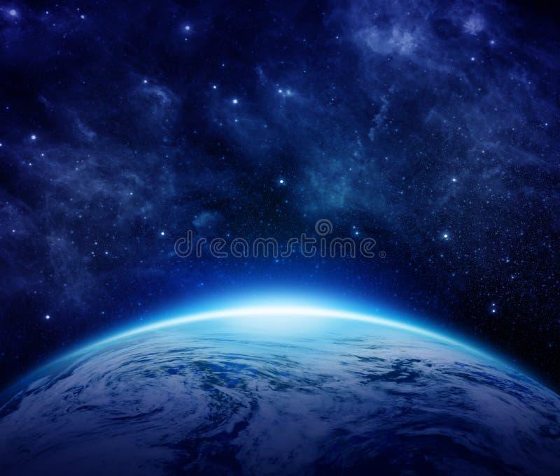 Голубая земля планеты, солнце, звезды, галактики, межзвёздные облака, млечный путь в космосе может использовать для предпосылки иллюстрация вектора