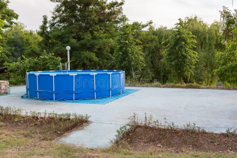Голубая зона на которой раздувной бассейн скопируйте космос стоковое фото