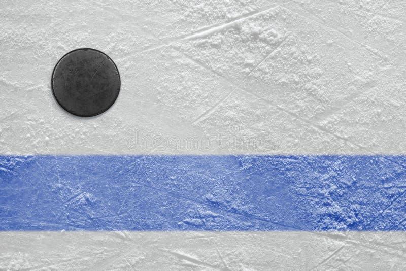 Голубая линия и шайба хоккея стоковые фотографии rf