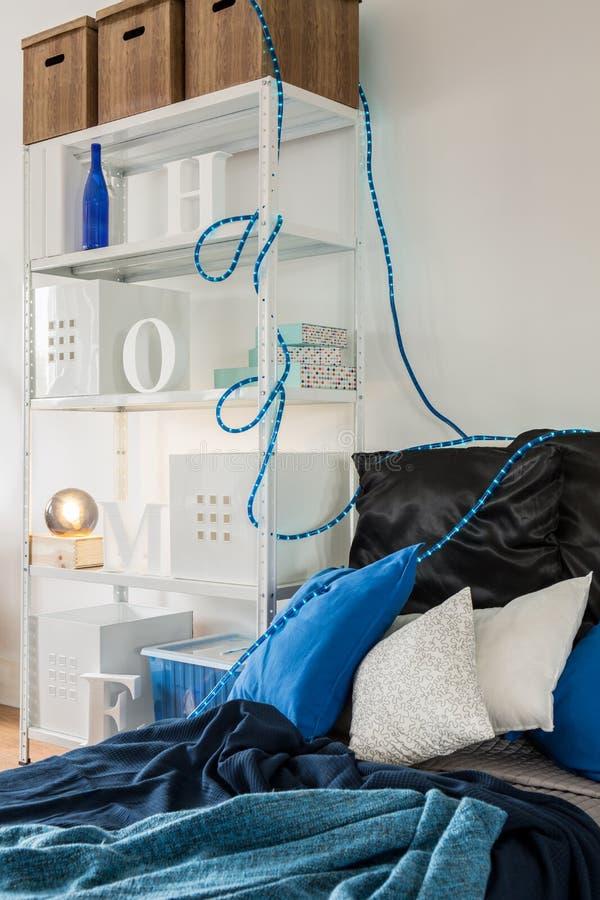 Голубая и уютная кровать стоковое фото