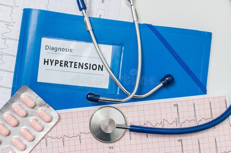 Голубая папка с диагнозом гипертензии МЕДИЦИНСКАЯ принципиальная схема стоковая фотография