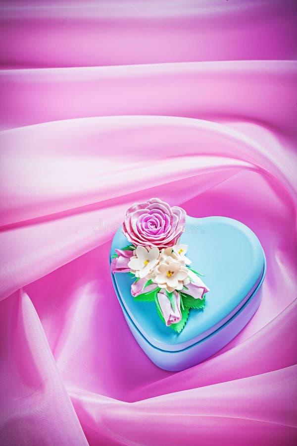 Голубая подарочная коробка с настоящим моментом на розовых праздниках co предпосылки ткани стоковые фотографии rf