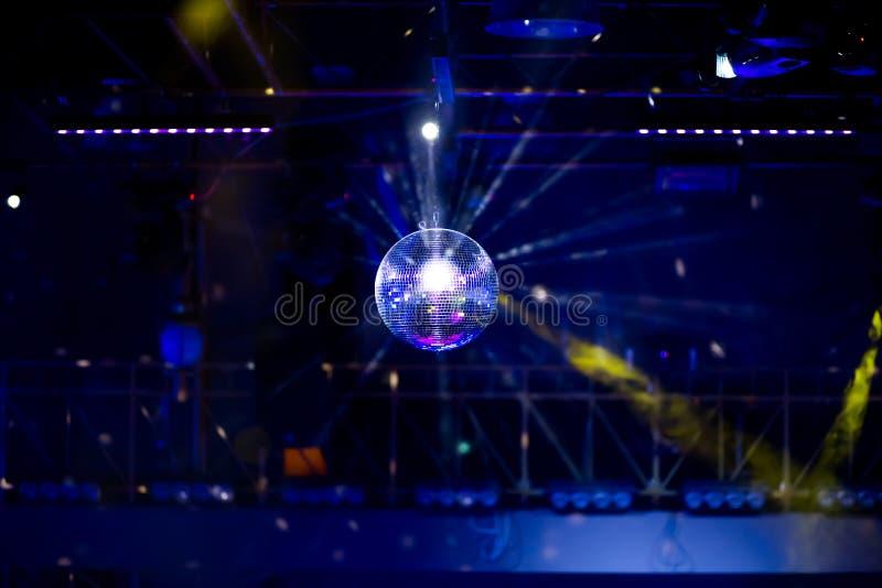 Голубая предпосылка диско с шариком зеркала стоковое изображение
