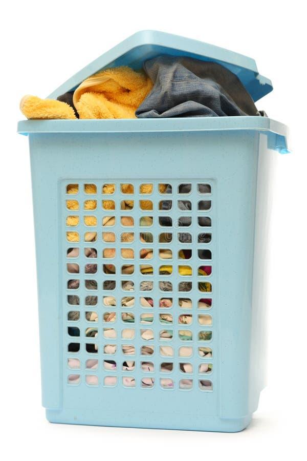 Голубая пластичная корзина с одеждами стоковые изображения rf