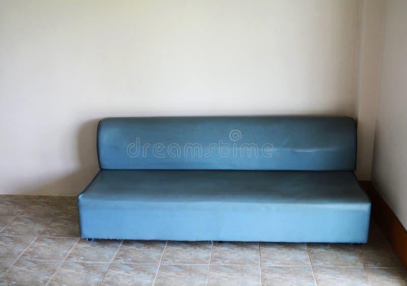 голубая софа стоковые изображения rf