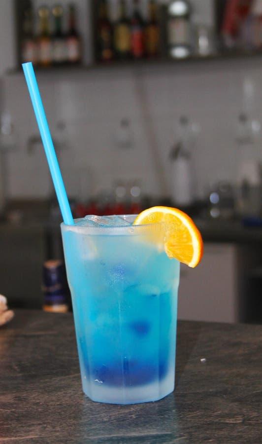 Голубая сода известки на деревянном столе стоковые изображения rf