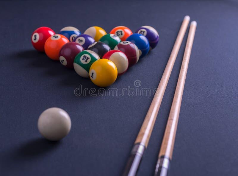 Голубая таблица биллиарда с всеми шариками и сигналами стоковые фото