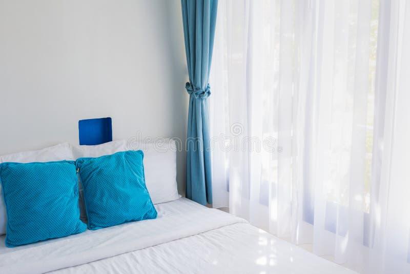 Голубая тема pillows белый занавес света спальни стоковое изображение rf