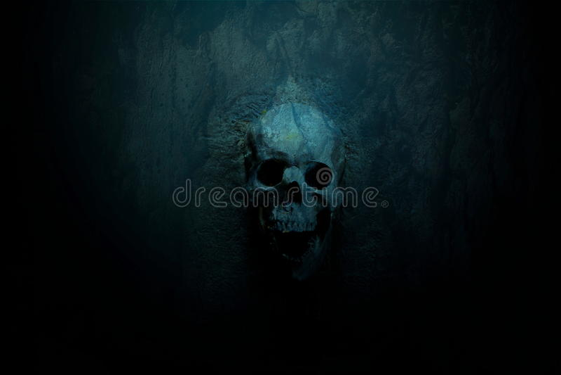 Голубая темная предпосылка черепа стоковое фото rf