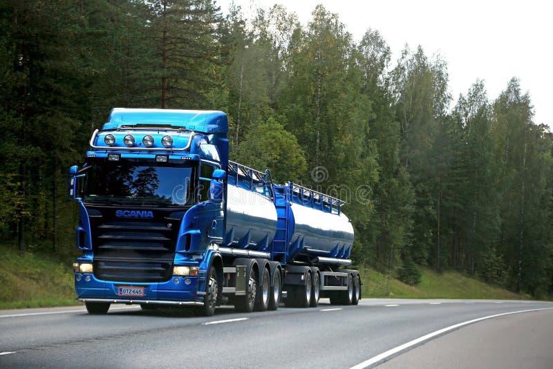 Голубая тележка танка Scania на дороге стоковые изображения