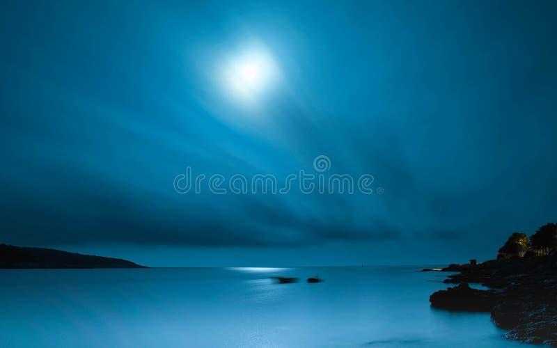 Голубая луна ночи неба моря стоковое фото rf