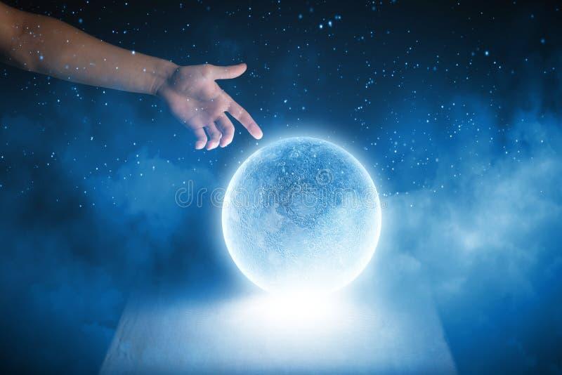 Download голубая луна стоковое изображение. изображение насчитывающей hallows - 41652497