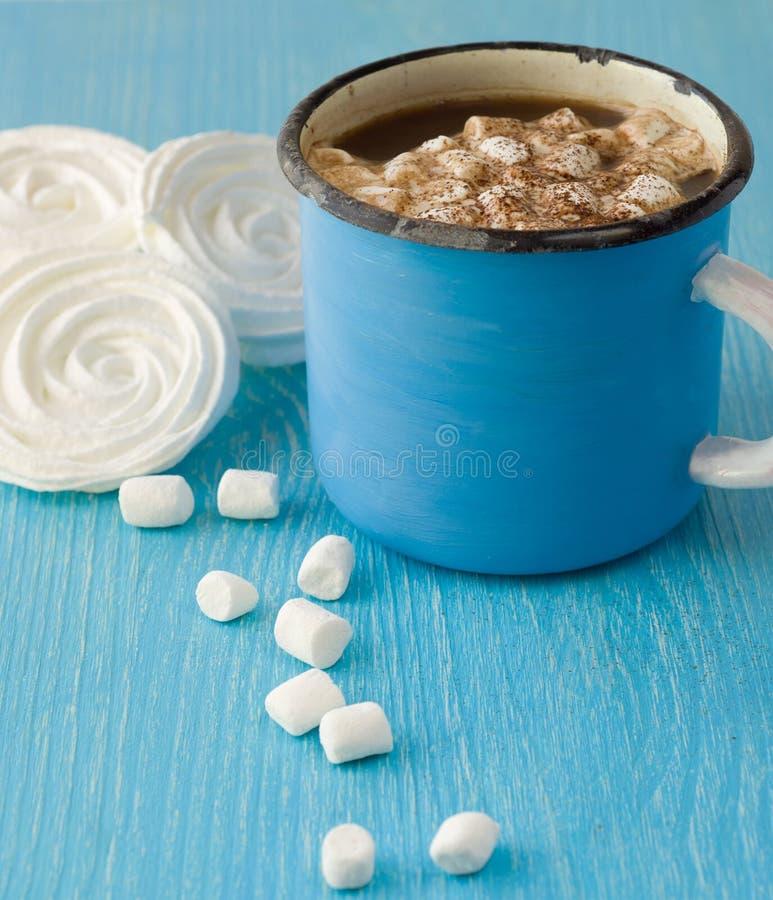 Голубая чашка горячего какао с зефирами и меренгой стоковое фото rf