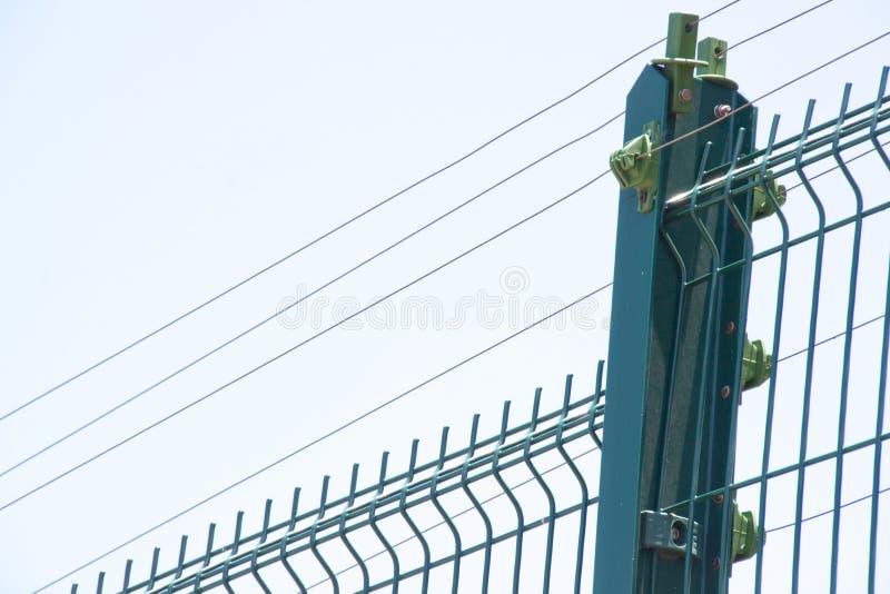 Голубая электрическая загородка против пасмурного неба overcast стоковое фото