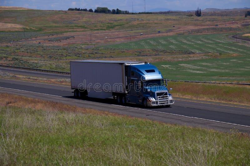 Голубая Smei-тележка Volvo/белый неотмеченный трейлер стоковая фотография
