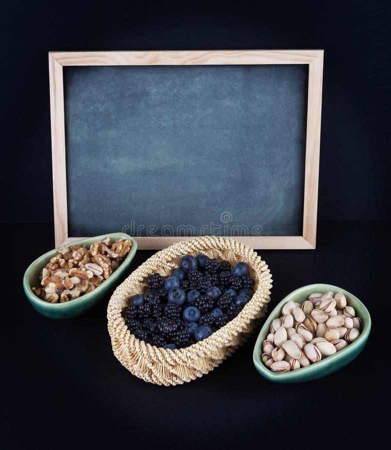 Голубики, ежевики, грецкие орехи, и фисташки стоковое фото rf