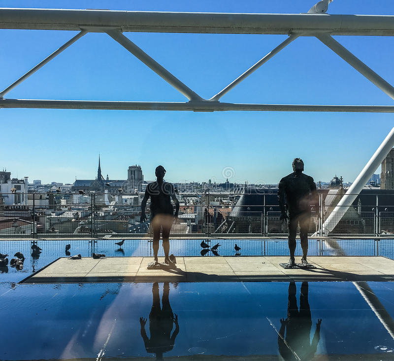 Голуби и скульптура на outdoors украшают в центре Pompidou в Париже, Франции стоковые фото