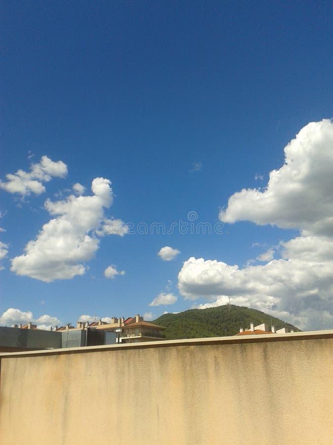 Голубое, голубое небо заволакивает белизна стоковое изображение rf
