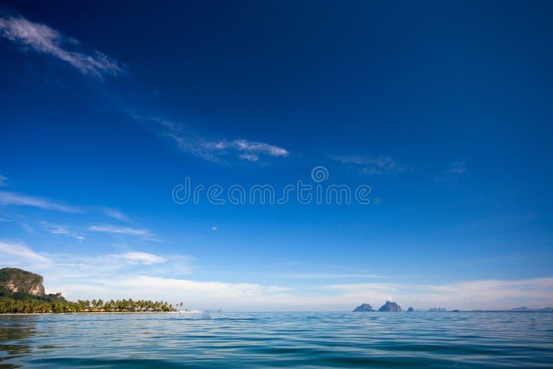 Голубое море и голубое небо стоковое фото
