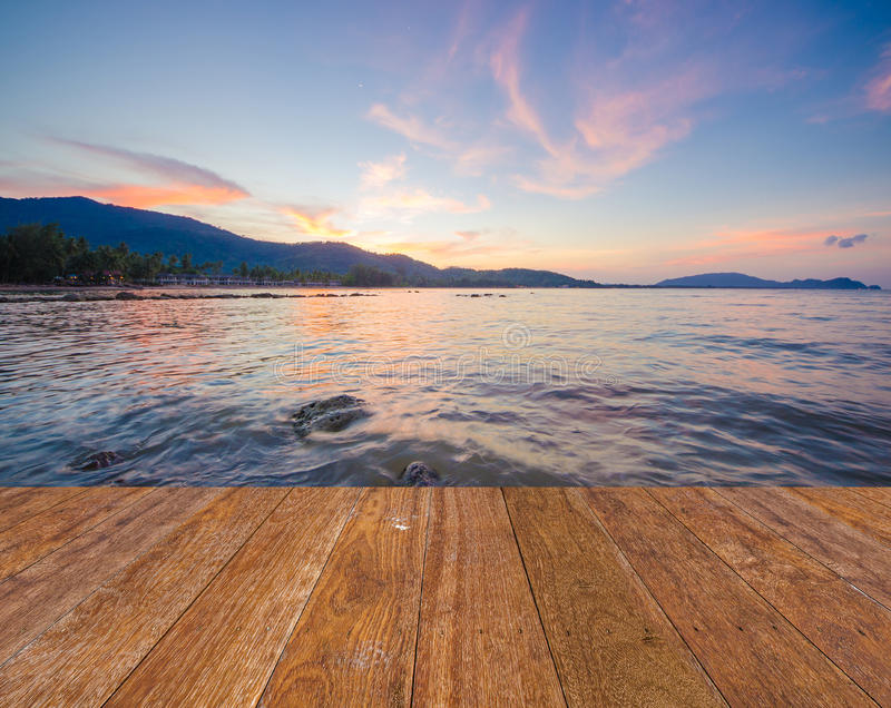 Голубое море океана и twilight голубое небо во времени захода солнца с деревянным стоковое фото rf