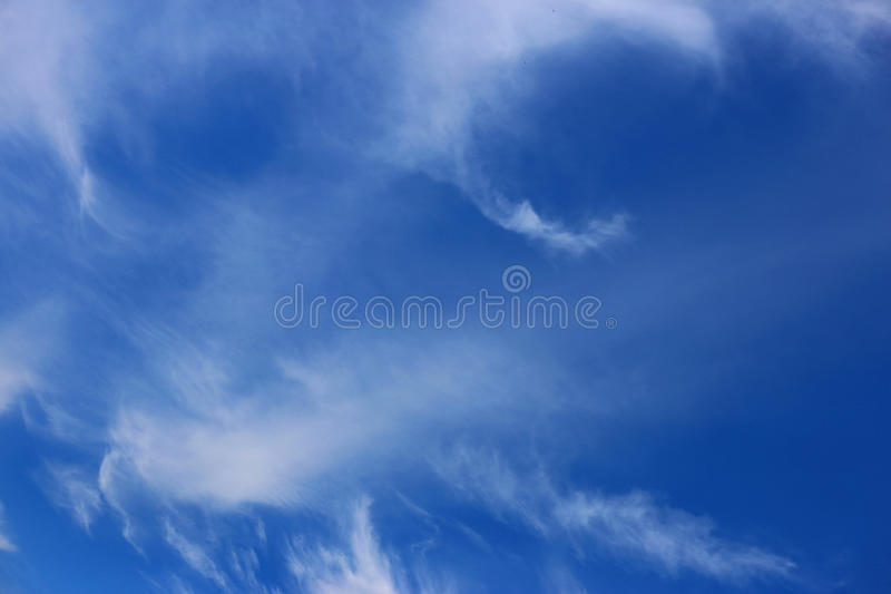 Голубое небо весны и белые завуалированные облака стоковые фотографии rf