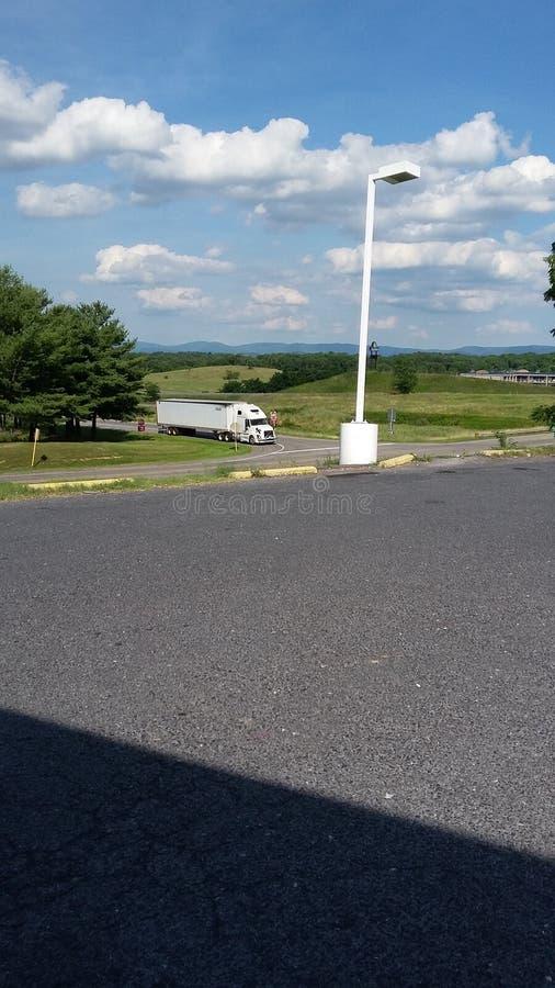Голубое небо и автомобиль стоковые фото