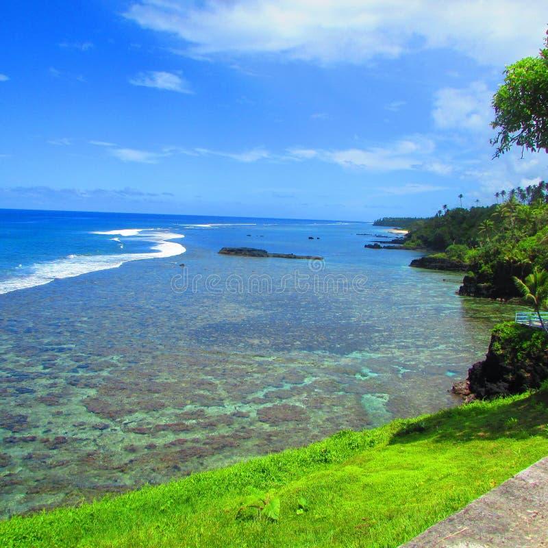 Голубое небо и море в тропическом острове Самоа стоковое фото rf