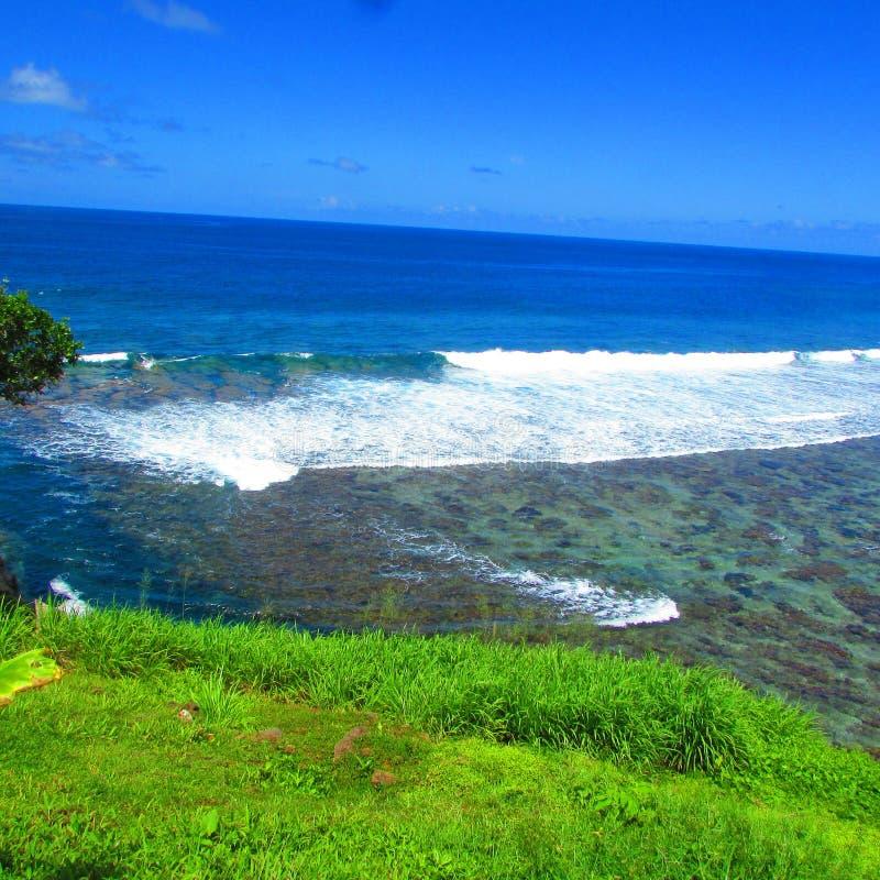 Голубое небо и море в тропическом острове Самоа стоковое изображение rf