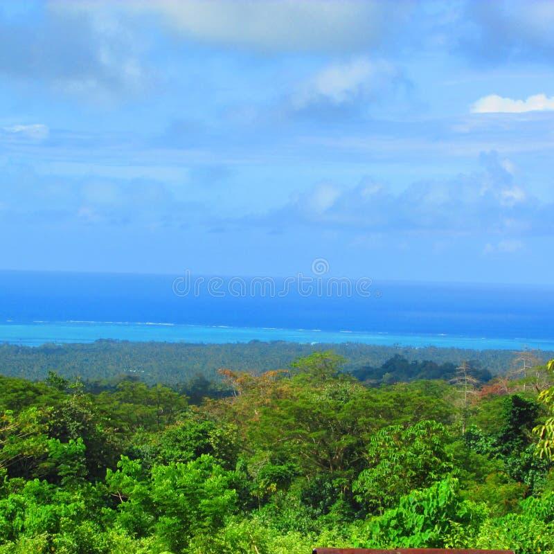 Голубое небо и море в тропическом острове стоковые изображения rf
