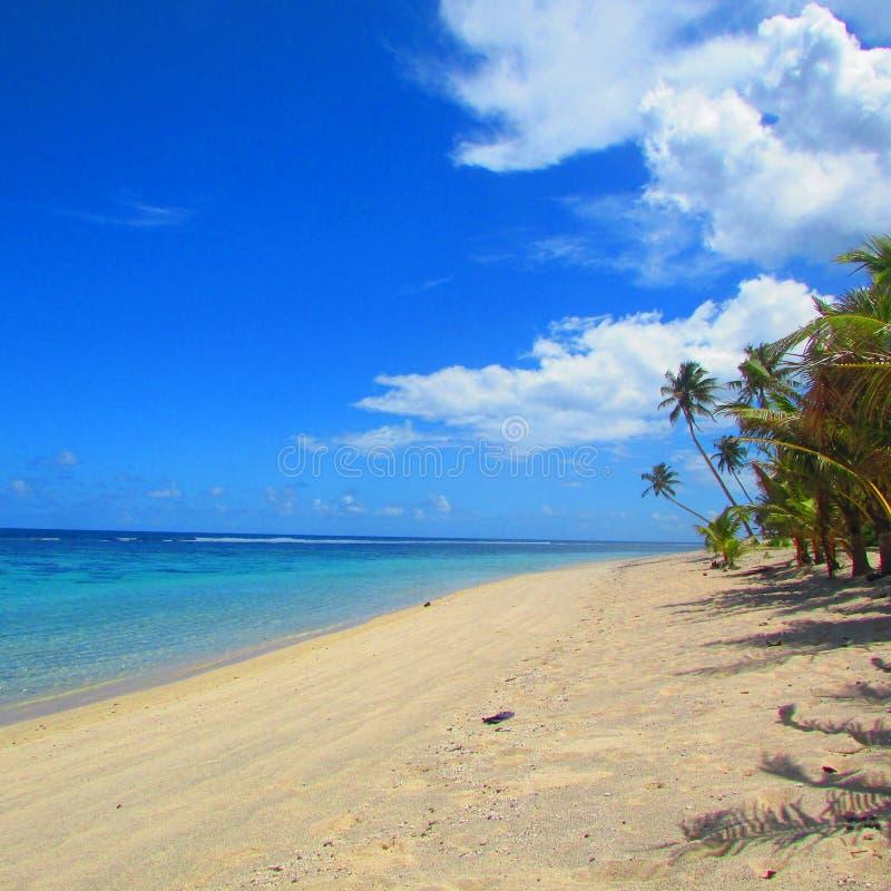 Голубое небо и пляж в тропическом острове Самоа стоковые фотографии rf