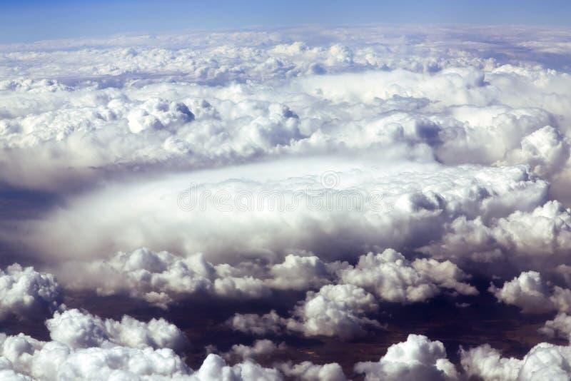 Голубое небо и тучные облака на высоте 5000 m стоковое изображение