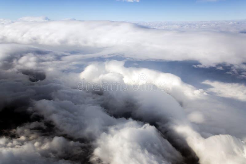 Голубое небо и тучные облака на высоте 5000 m стоковое изображение rf