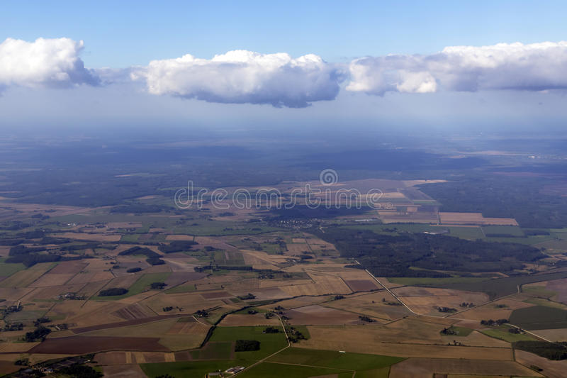 Голубое небо и тучные облака над Латвией стоковые изображения rf